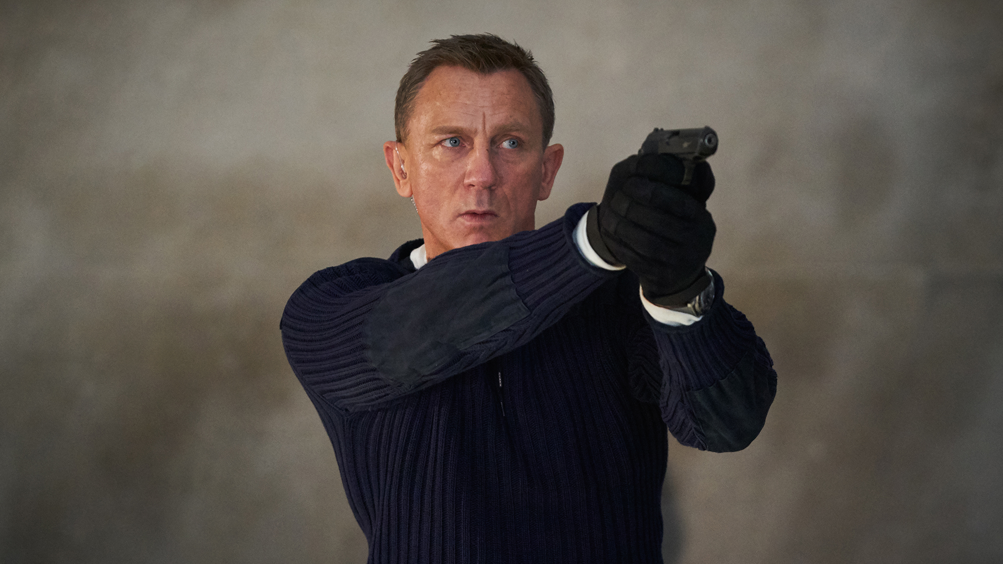 B25_25594_R James Bond (Daniel Craig) prepares to shoot in  NO TIME TO DIE an EON Productions and Metro Goldwyn Mayer Studios film Credit: Nicola Dove © 2020 DANJAQ, LLC AND MGM.  ALL RIGHTS RESERVED.