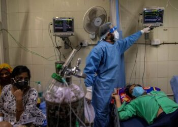 FILE PHOTO: Patients suffering from the coronavirus disease (COVID-19) get treatment at the casualty ward in Lok Nayak Jai Prakash (LNJP) hospital, amidst the spread of the disease in New Delhi, India April 15, 2021. REUTERS/Danish Siddiqui/File Photo